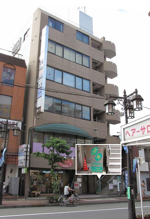 5.右側に見えるビルの5階に鍼灸院があります